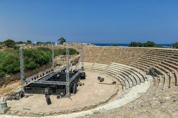 Современная сцена и оборудование на древних руинах амфитеатра в саламине на северном кипре Premium Фотографии