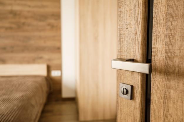 천연 나무 문에 현대적인 스타일의 문 손잡이 프리미엄 사진