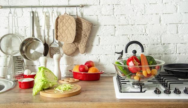 Современный стильный интерьер кухни с овощами и фруктами на столе. Бесплатные Фотографии