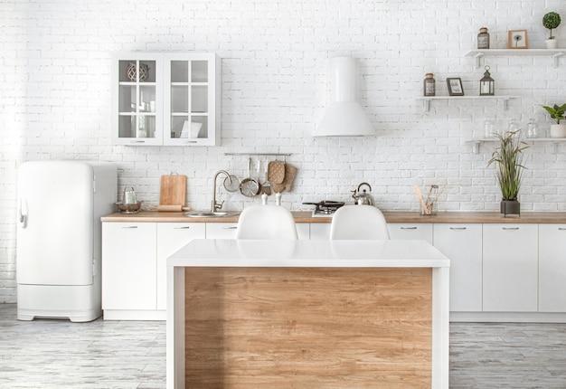 キッチンアクセサリーとモダンなスタイリッシュなスカンジナビアキッチンインテリア。 無料写真