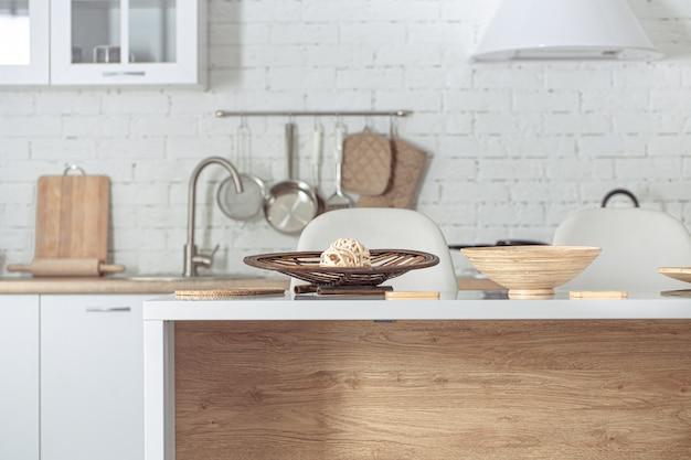 Interiore della cucina scandinava elegante moderna con accessori per la cucina. Foto Gratuite