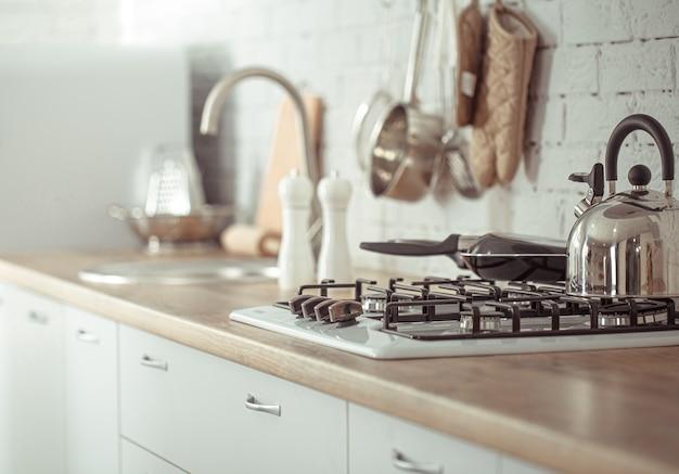 주방 액세서리와 함께 현대적인 세련된 스칸디나비아 주방 인테리어. 무료 사진