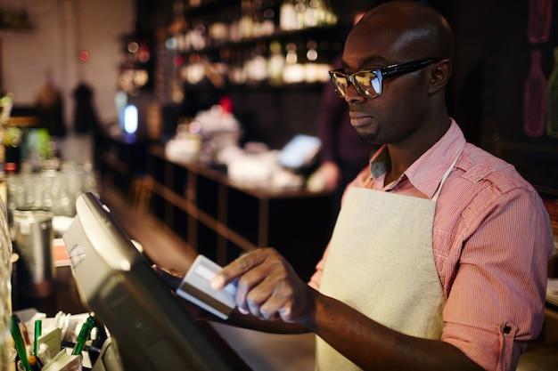 Cameriere moderno Foto Gratuite
