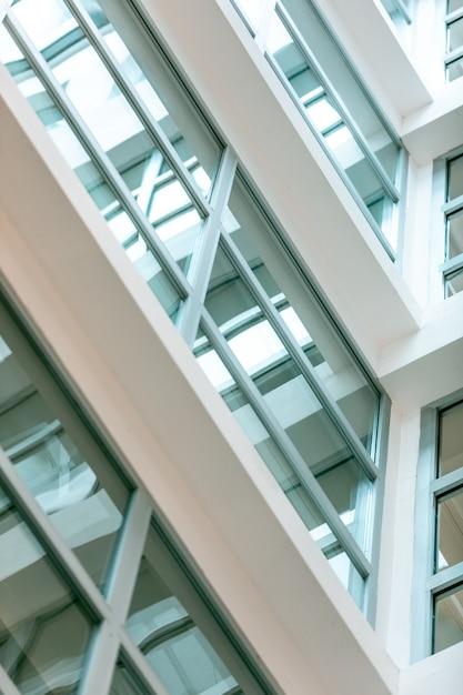 パノラマの窓があるモダンな白い建物 無料写真