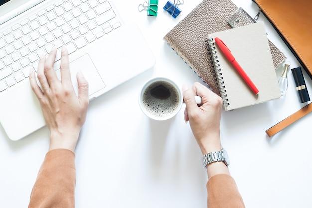 Современный белый стол стол стол с бизнесмен, используя ноутбук и пить кофе Premium Фотографии