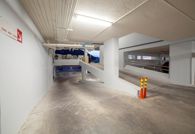 Современный белый интерьер гаража Premium Фотографии