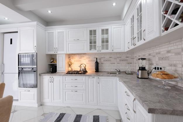 モダンな白い木製のキッチンインテリア Premium写真