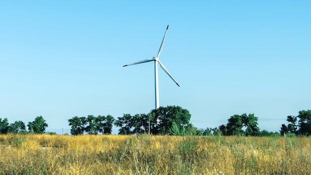 Turbine eoliche moderne contro il cielo blu Foto Gratuite