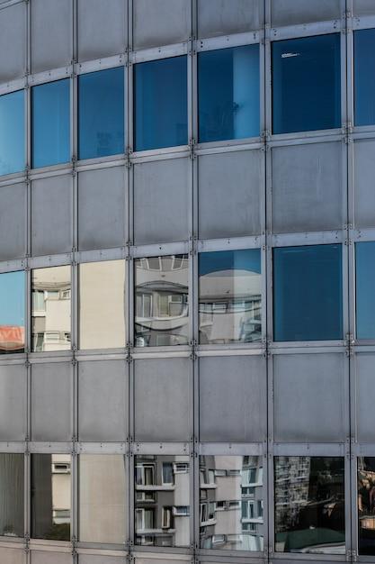 反射とモダンな窓ガラスの高層ビルの背景 無料写真