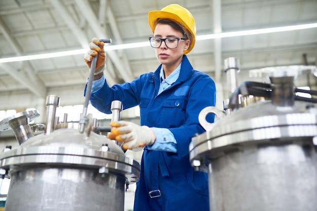 공장에서 일하는 현대 여성 프리미엄 사진