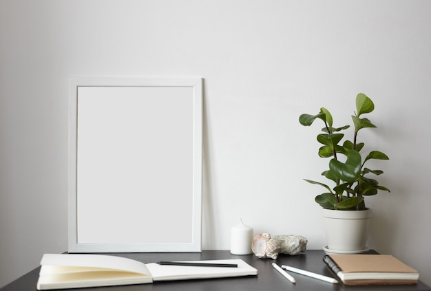 現代のワークスペース:白い空白のページでスケッチブックを開く 無料写真