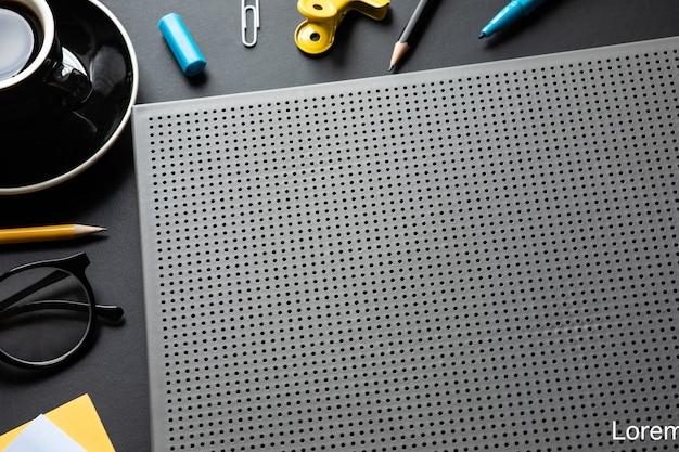 Современный рабочий стол в черном цвете фона. пространство для творчества Premium Фотографии