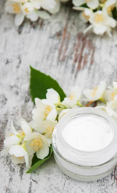 Moisturizing cream with jasmine flowers Premium Photo