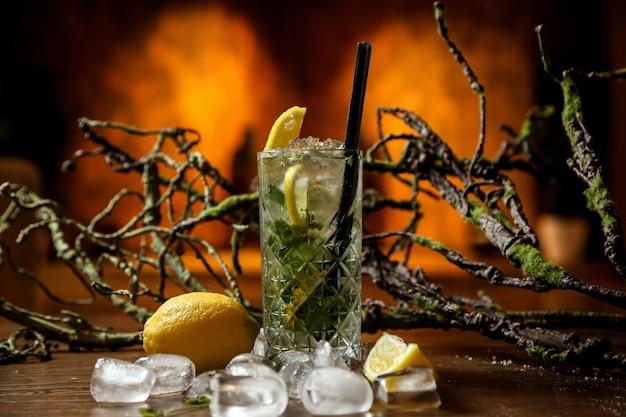 Cocktail mojito con tanto ghiaccio tritato Foto Gratuite