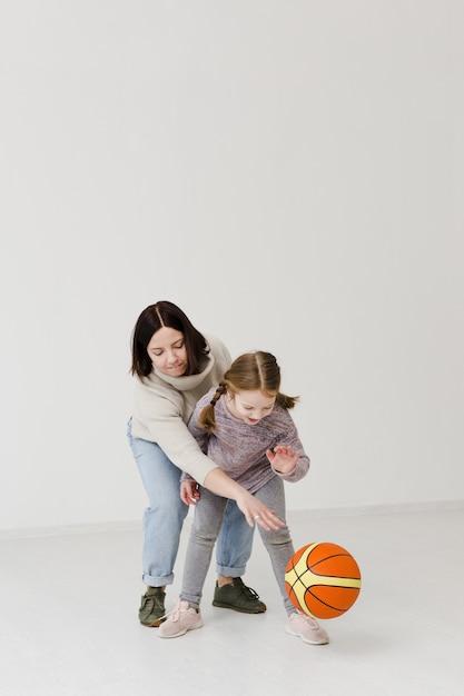 Мама и ребенок играют в баскетбол Бесплатные Фотографии