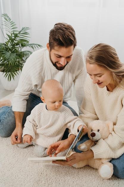 赤ちゃんと一緒に時間を過ごすママとパパ Premium写真