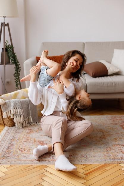 거실에서 엄마와 딸이 주말에 웃고 프리미엄 사진