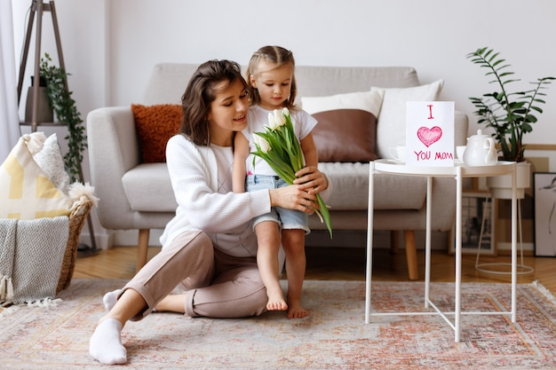 꽃과 함께 휴가에 엄마와 딸과 거실에서 집에서 엽서 프리미엄 사진