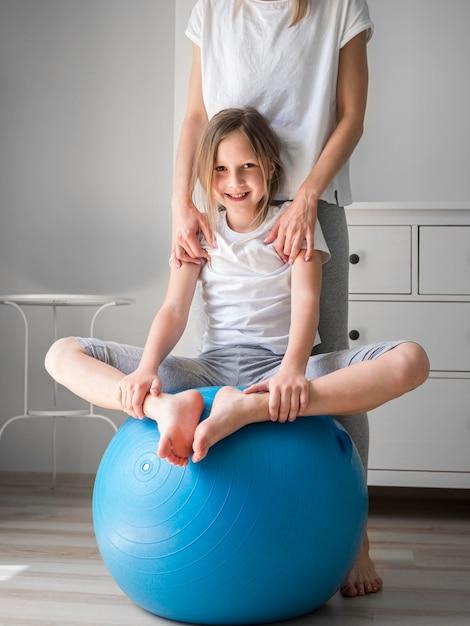 Мама и девушка вместе занимаются мячом Бесплатные Фотографии