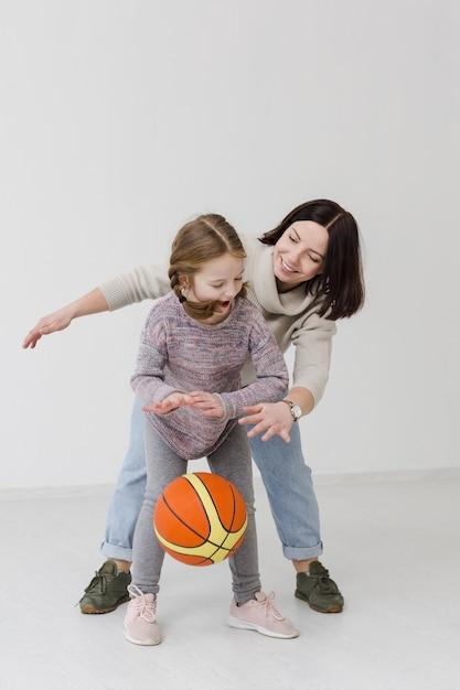 Мама и девушка играют в баскетбол Бесплатные Фотографии