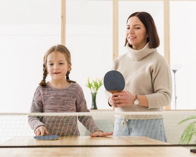 Мама и малыш играют в настольный теннис Бесплатные Фотографии