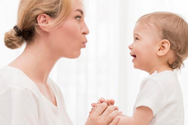 Mamma e bambino si divertono Foto Gratuite
