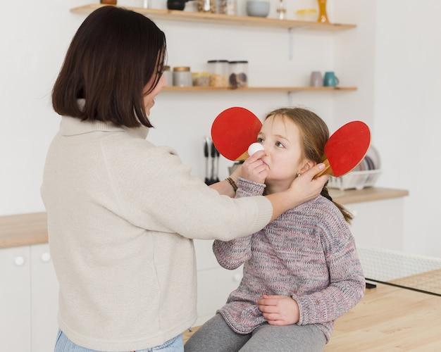 Мама, игривая с очаровательной дочерью Бесплатные Фотографии