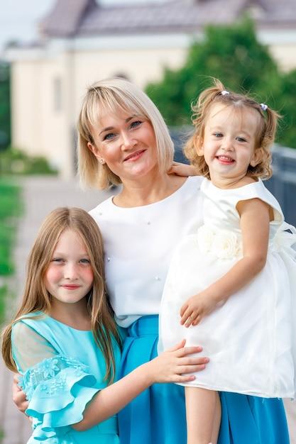 天気の良い夏の公園で娘と金髪のお母さん。 Premium写真