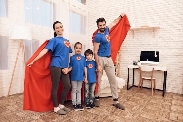 Мама, папа, дочка и сын в костюмах супергероев. Premium Фотографии