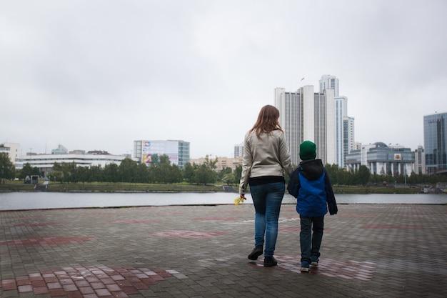 ママは夏に息子と一緒に歩き、家族、家族の伝統、愛と理解とともに歩きます Premium写真
