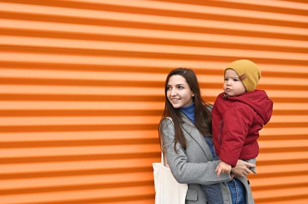 Мама с младенцем на апельсине Premium Фотографии