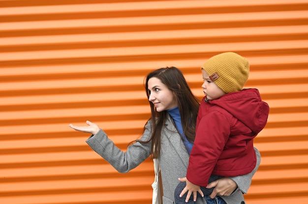Мама с младенцем с протянутой рукой. Premium Фотографии