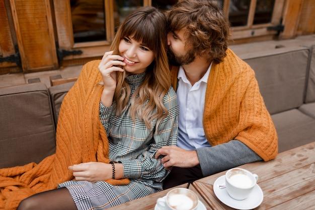 瞬間。テラスに座って、朝のコーヒーを飲みながら朝食を楽しんで愛の低温カップル。 無料写真