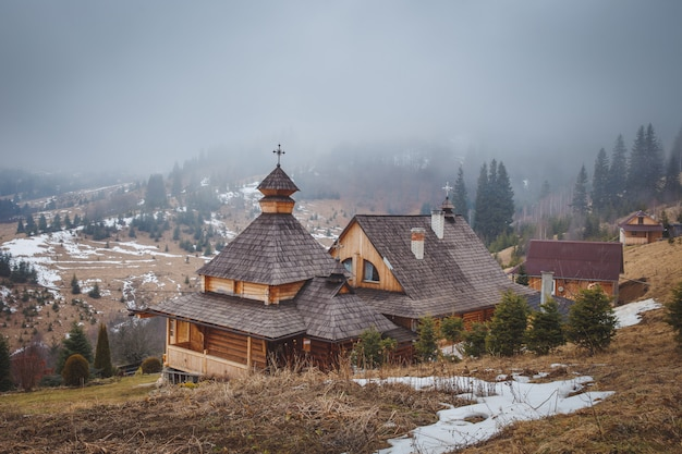 수도원과 산에 안개 프리미엄 사진