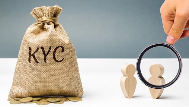 Денежный мешок с надписью kyc и двумя людьми. знай своего клиента концепция клиента. Premium Фотографии
