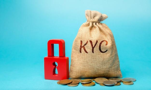 Денежный мешок с надписью kyc - know your customer client. подтвердите личность, пригодность Premium Фотографии