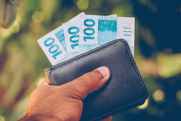 Деньги из бразилии. банкноты реальной, бразильской валюты Premium Фотографии