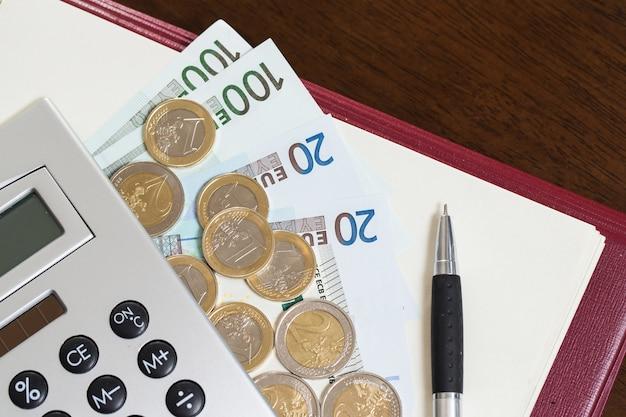 Деньги, блокнот и калькулятор на столе Бесплатные Фотографии
