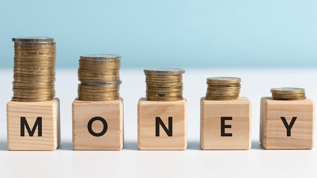 木製の立方体の配置に関するお金の言葉 無料写真