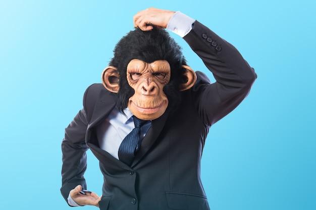 Человек обезьяны на цветном фоне Premium Фотографии