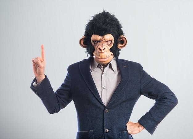 Человек-обезьяна указывает вверх Premium Фотографии