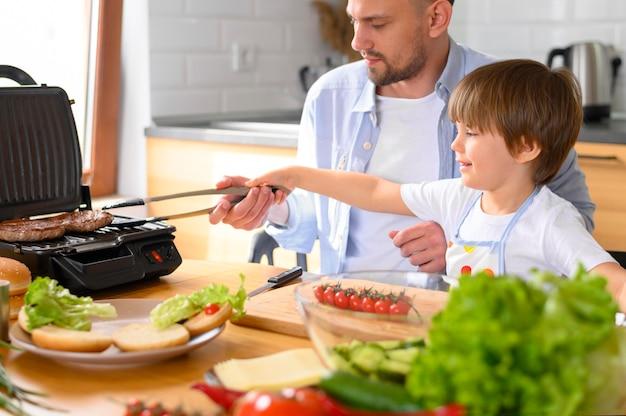 片親の父親と子供の料理 無料写真