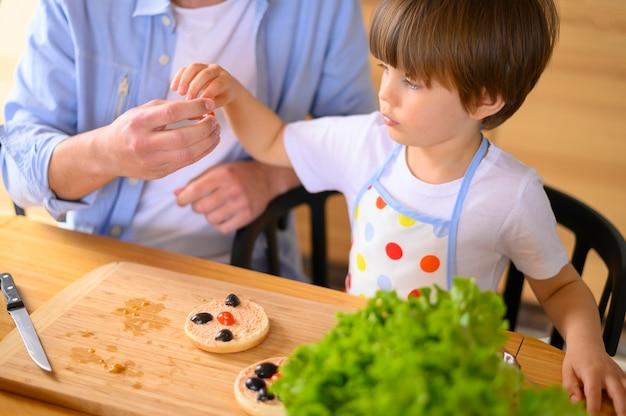 Mono-родительский отец и ребенок высокий взгляд Бесплатные Фотографии