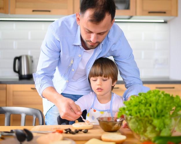 Моно родительский отец и малыш на кухне Бесплатные Фотографии