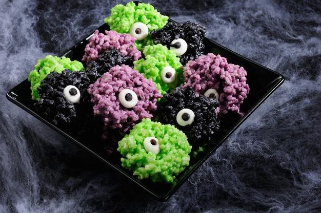Шарики для глаз монстра - сделанные из зефира рисовые криспи кусаются хрустящими шариками. Premium Фотографии