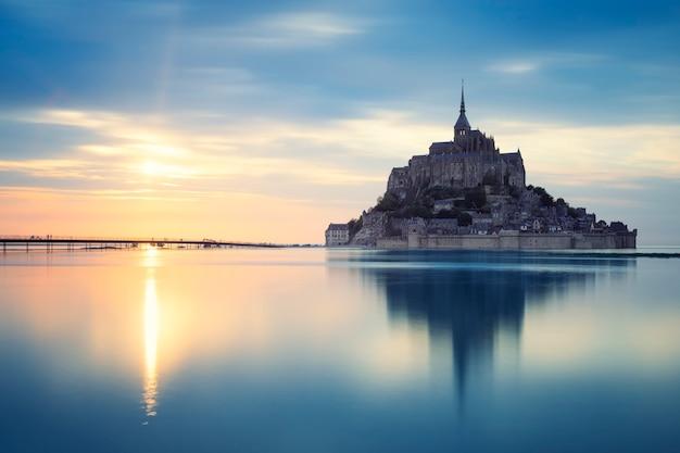 日没時のモンサンミシェル、フランス、ヨーロッパ。 無料写真