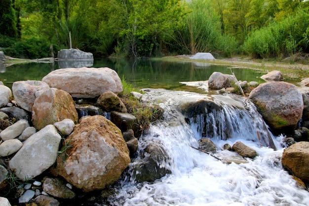 Montanejos自然カステリョン近くミハレス川 Premium写真