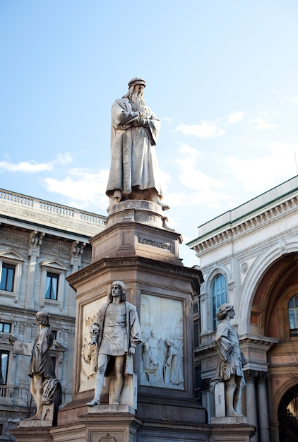Monument dedicated to leonardo da vinci, milan Premium Photo
