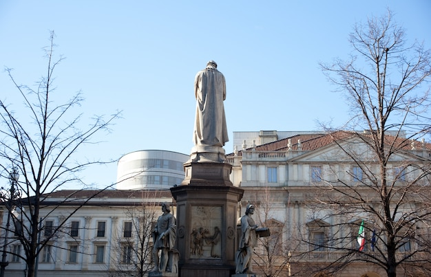Monument dedicated to leonardo da vinci, milan Premium Photo