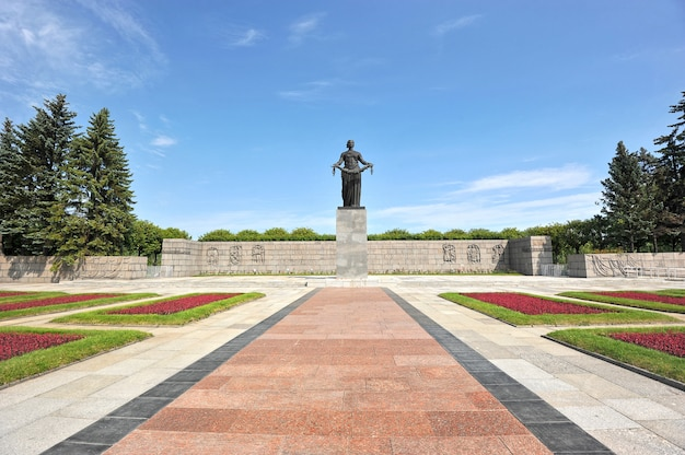 The monument at the piskarevskoye memorial cemetery in st. petersburg, russia Premium Photo